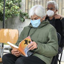 Facilitan libros para que Adultos Mayores se entretengan mientras quedan en observación tras vacunarse